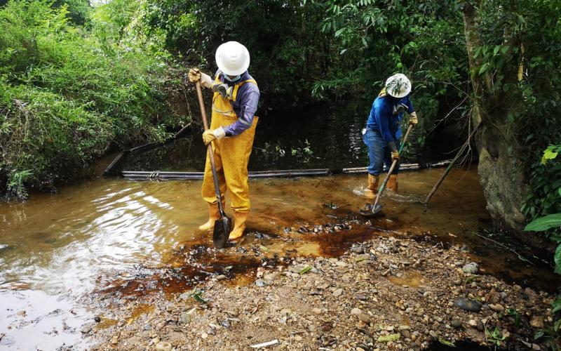 En video: Derrame de crudo afecta quebrada La Lizama