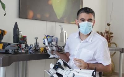Javier transforma reciclaje en robots de juguete
