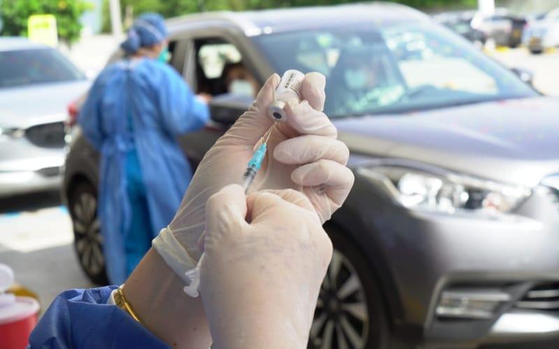 Ciudadanos de 16 a 49 con comorbilidades son vacunados
