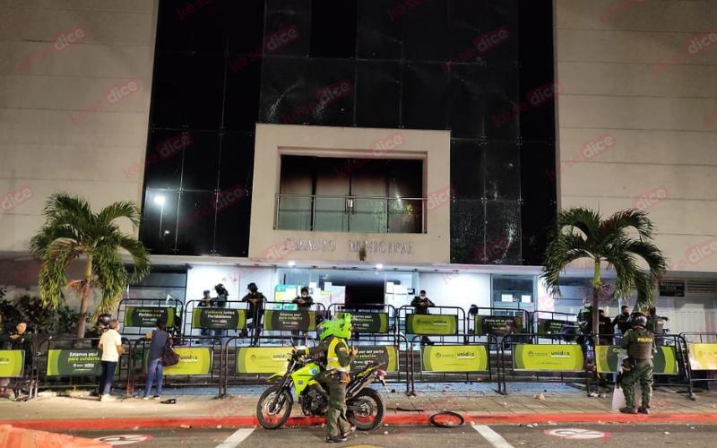 Destrozos en la Alcaldía de Floridablanca por desmanes
