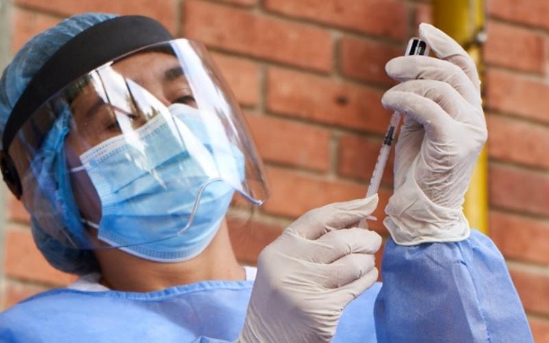 Mayores de 25 años serán vacunados en universidades