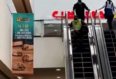Disfrazados de Policías atracaron dentro de un centro comercial