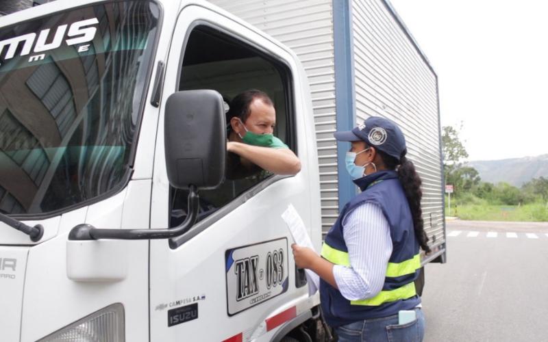 Restringen paso de vehículos pesados por Río del Hato