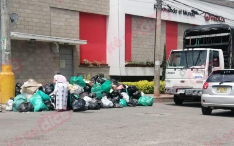 Gironeses bloquean entrada de Veolia con basuras en protesta