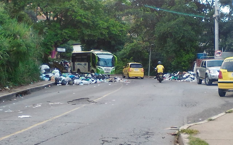 La vía a La Cumbre tapada de basuras