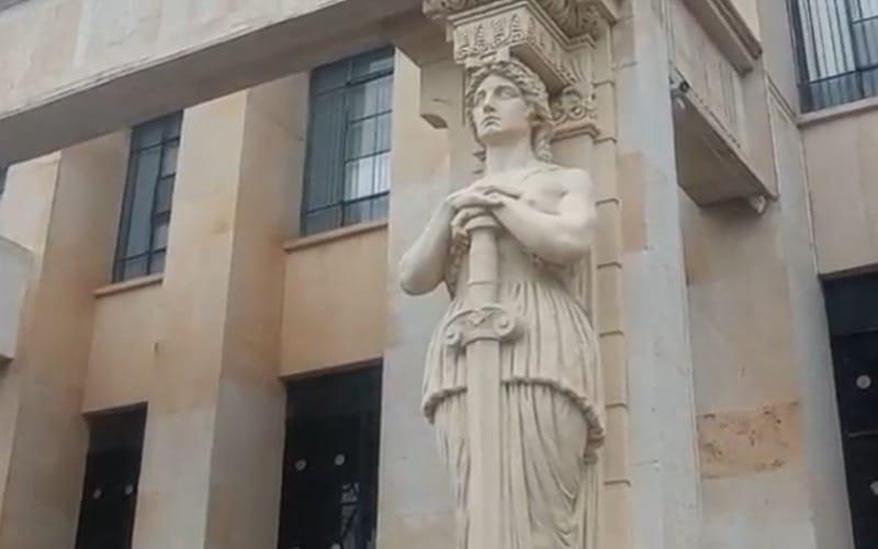 Les echaron pintura a las cariátides del Palacio de Justicia