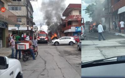 Bomberos en México salvaron a perritos de carro en llamas