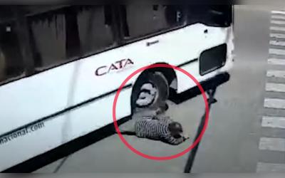 Le pasó un bus por encima y se paró como si nada