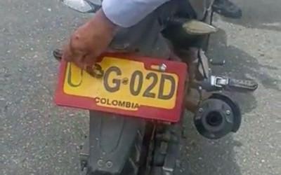 Ruedan en motos con placas falsas… ¿Para qué?