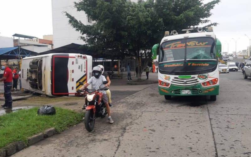 12 niños heridos en choque de bus escolar y bus público