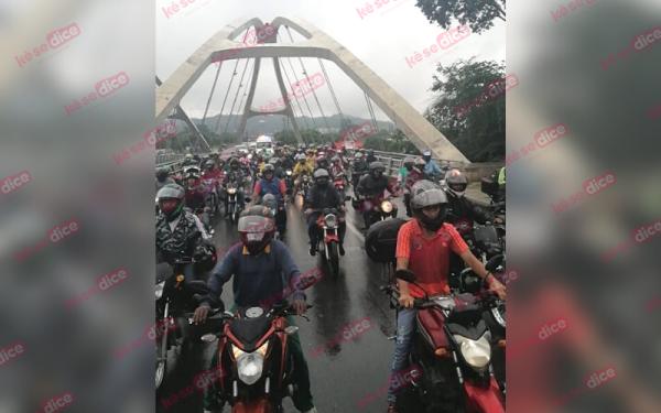 Motorizados protestan en Girón contra prohibición del parrillero