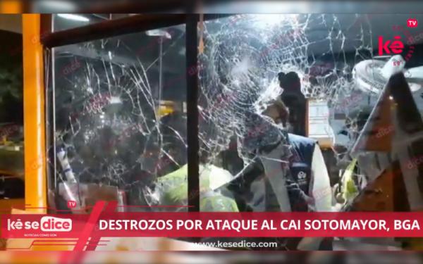 Destrozos y tres policías lesionados por ataque al CAI Sotomayor